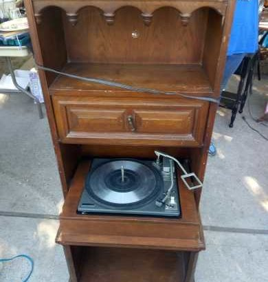 vintage G.e.electrinic radio/record player stand